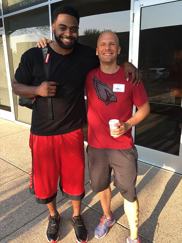 Daniel mit NFL-Spieler Karlos Montez Dansby